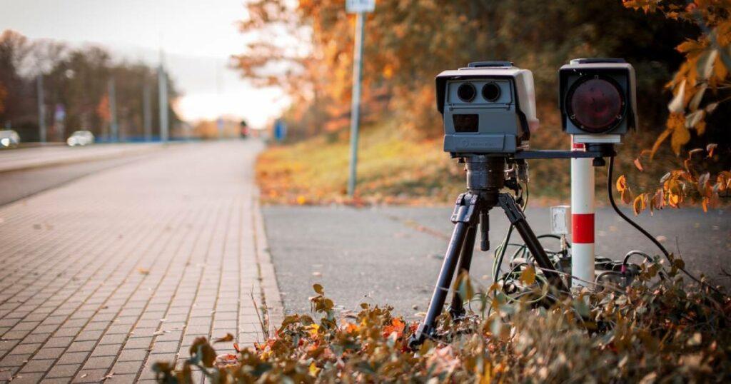 Blitzer-Radar an der Straße