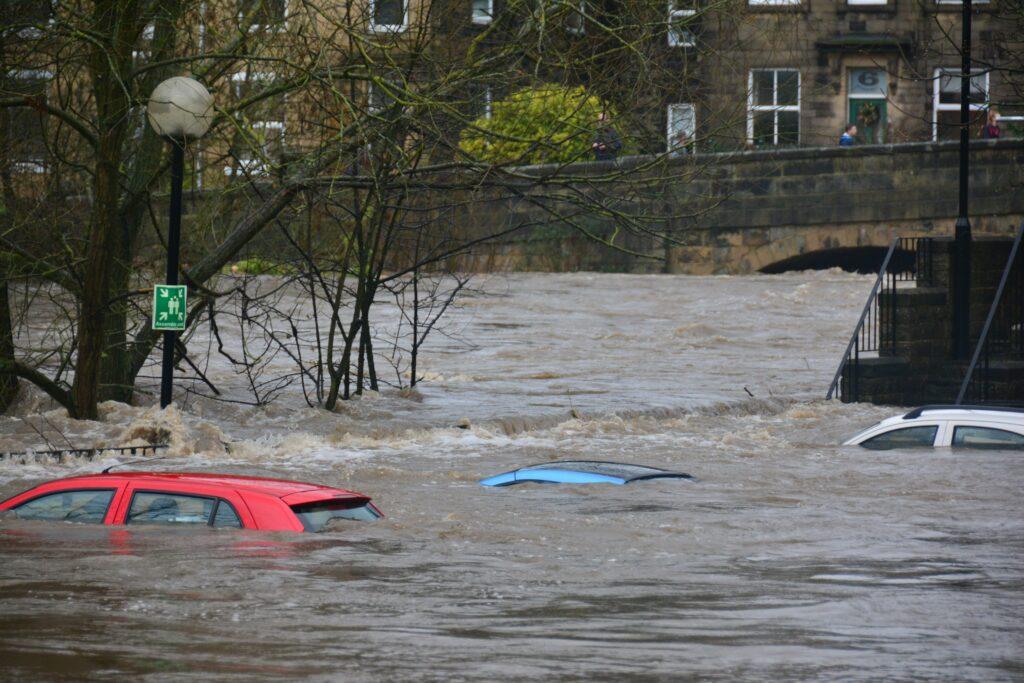 Welche Versicherung trägt die Kosten für Schäden am Auto durch Hochwasser?
